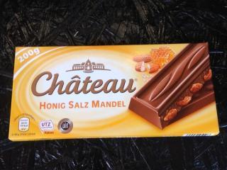 Купить Шоколад молочный Chateau Honig Salz Mandel с карамелизированным миндалем, медом и солью