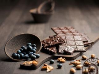 Купить Темный шоколад с миндалем и черникой